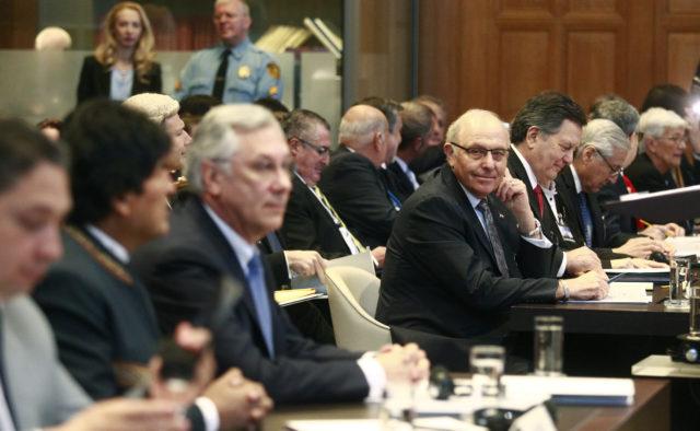 Grossman mira hacia el escritorio de la defensa boliviana, donde está sentado el presidente Evo Morales. Rodrigo Sáenz | Agencia UNO