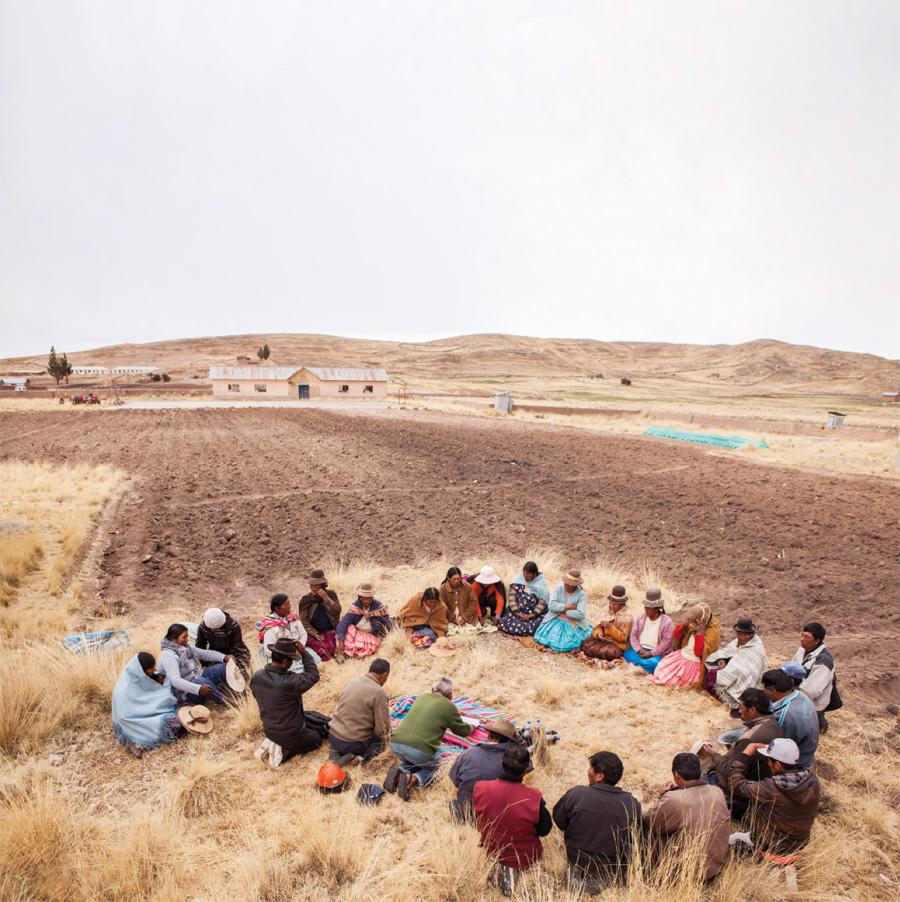 Para la ceremonia de sembradío todos se reúnen en círculo pidiendo a las deidades que les acompañen y ayuden en su tarea | Precolombino.cl