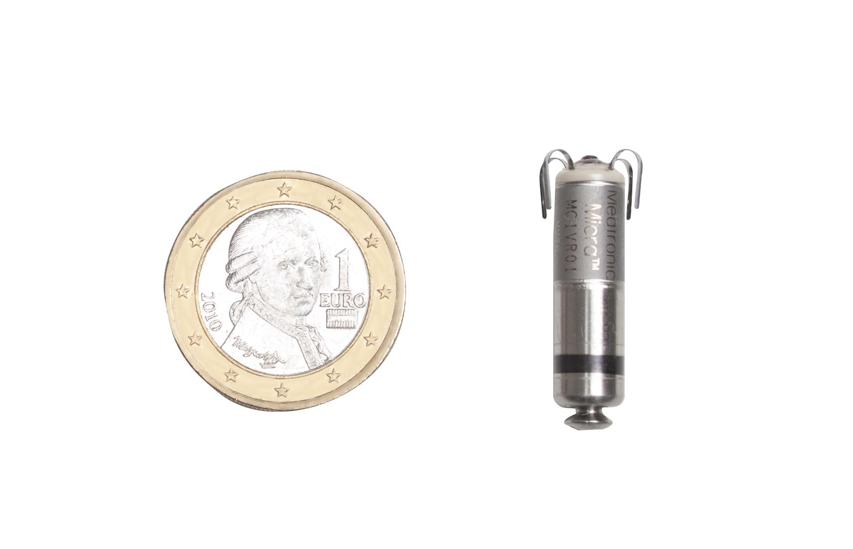 Comparación del marcapasos con una moneda