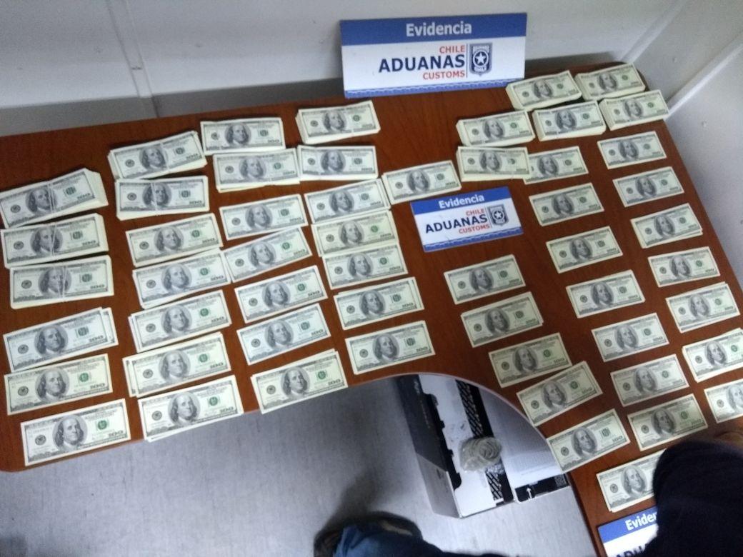 Dólares falsos.