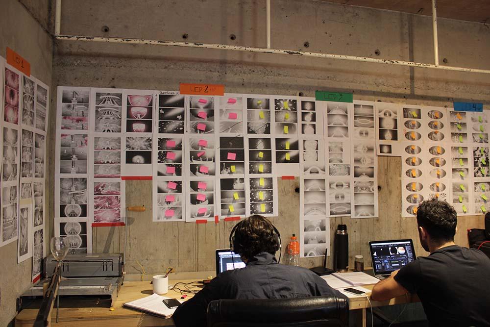 Parte del equipo en la Sala multimedia, afinando detalles antes del estreno   Fundación Teatro a Mil.