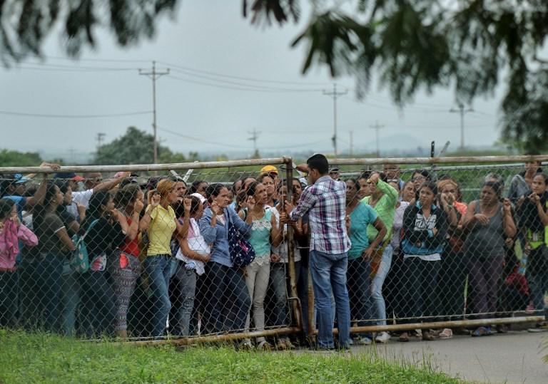 Familiares fuera de la prisión.