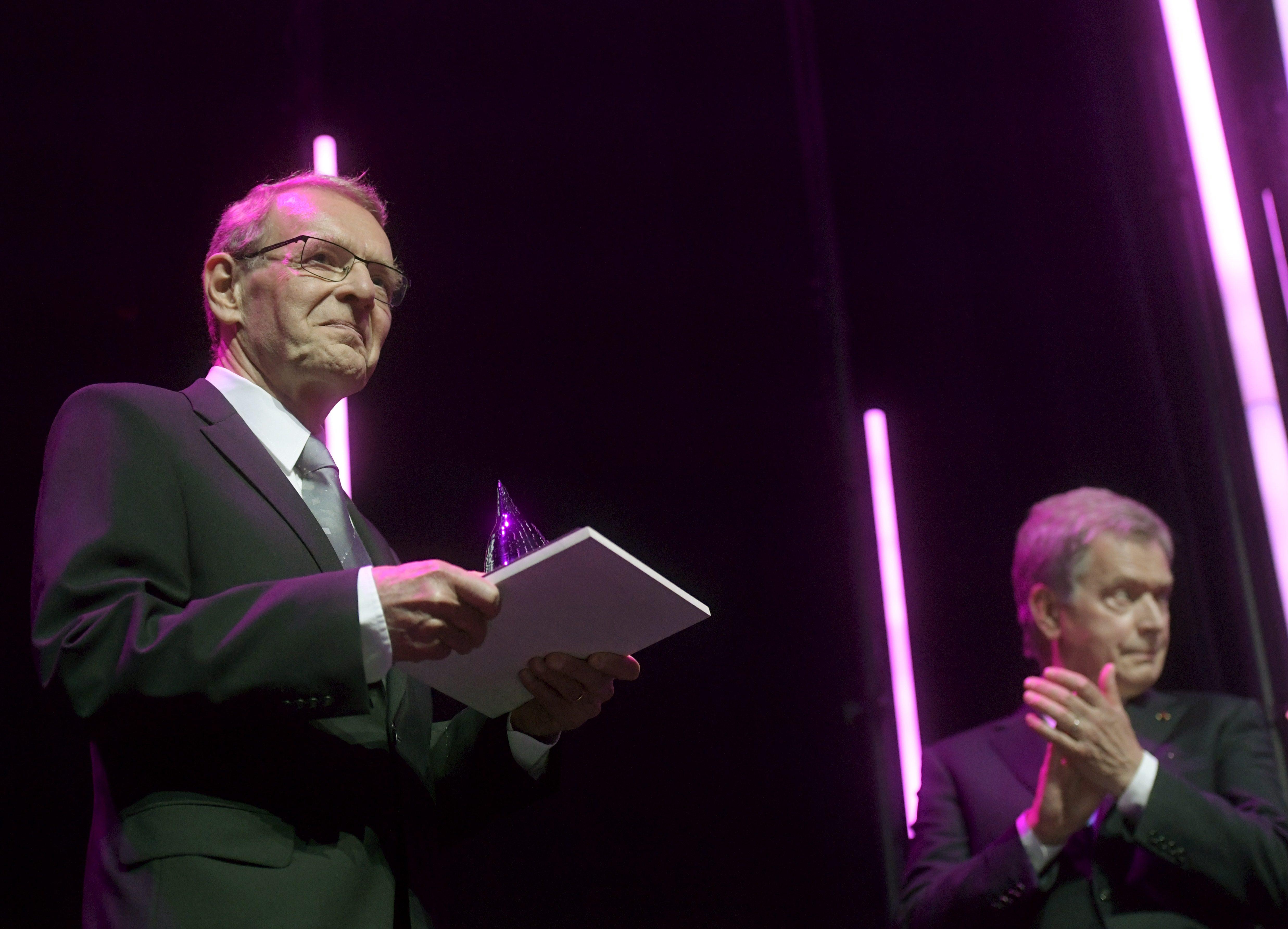 Tuomo Suntola (izquierda) recibiendo el premio | Lehtikuva | Vesa Moilanen | Finland Out | Agence France-Presse