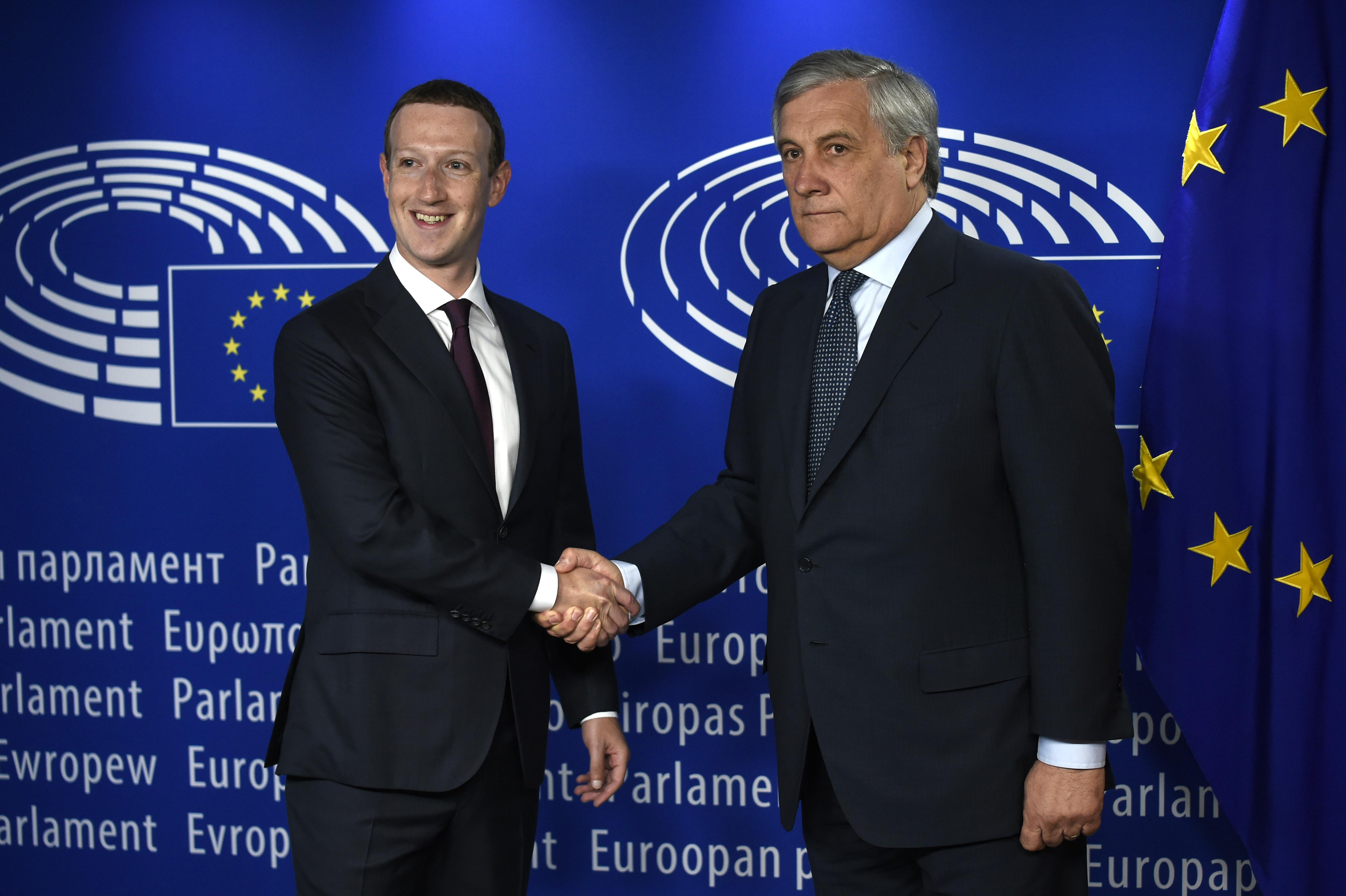 Mark Zuckerberg junto al presidente del Parlamento Europeo, Antonio Tajani | John Thys | Agence France-Presse