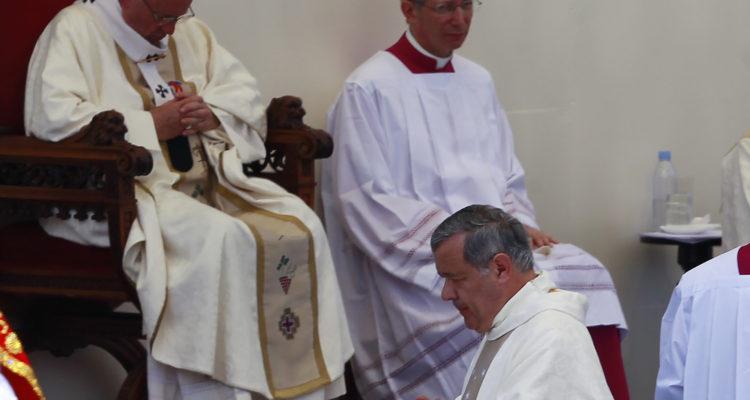 Barros walks by Francis during a mass in Santiago. Rodrigo Sáenz | Agencia UNO