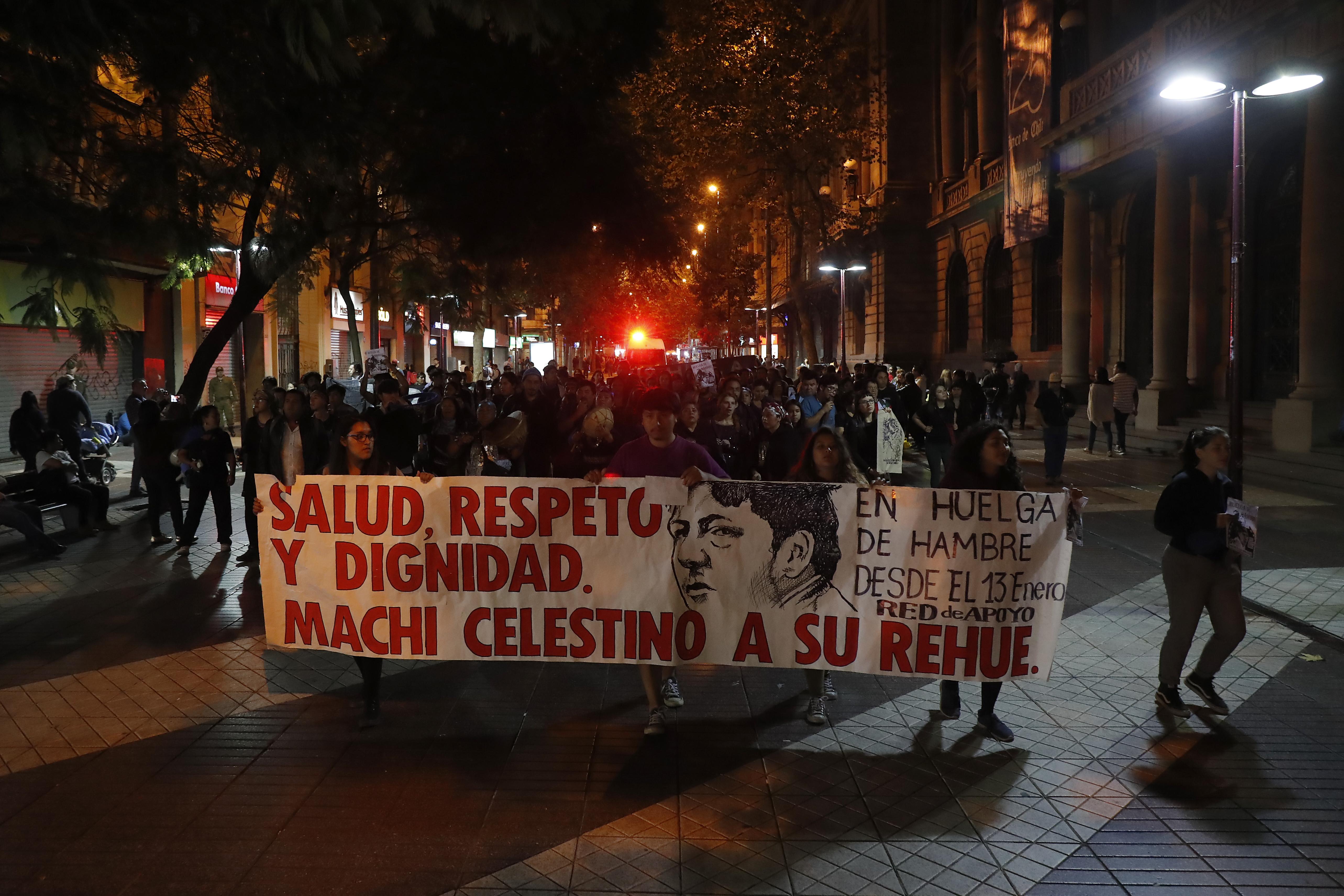 Un grupo de adherentes a la causa mapuche marcharon por el centro de Santiago por la libertad del Machi Celestino Cordova (abril de 2018) | Francisco Flores Seguel | Agencia UNO