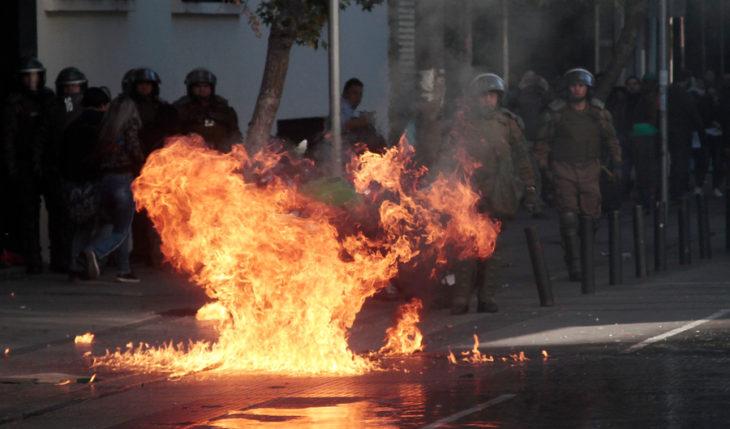 La molotov lanzada por los estudiantes | Giovanny Valenzuela | Agencia Uno