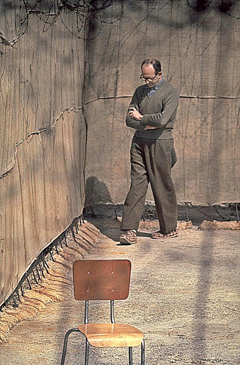 Adolf Eichmann caminando en el patio de su celda en Israel (CC) Wikimedia Commons