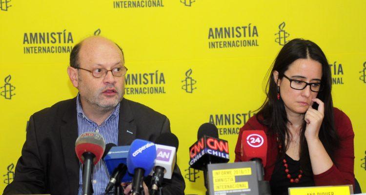 Morales entrega un informe de Amnistía Internacional. Sebastián Beltrán Gaete | Agencia UNO