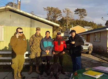 Diario El Pingüino | Joven excursionista junto con los encargados de su búsqueda.