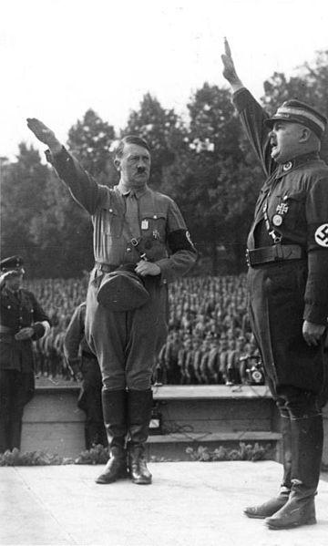 Adolf Hitler, canciller imperial de Alemania, y Ernst Röhm, cofundador y comandante de las SA en 1933 (CC) Wikimedia Commons