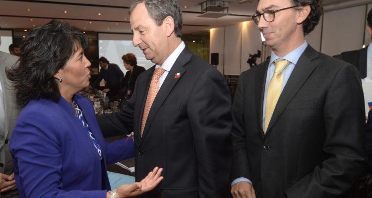 Gerardo Varela conversa con la senadora Yasna Provoste. A la izquierda del ministro, Raúl Figueroa. Pablo Ovalle Isasmendi | Agencia UNO