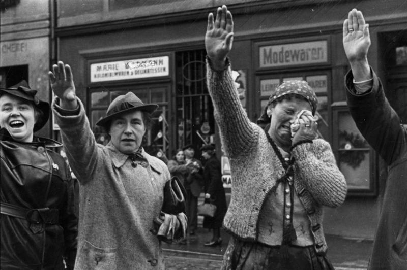 Mujeres saludando a tropas nazis en 1938 (CC) Wikimedia Commons