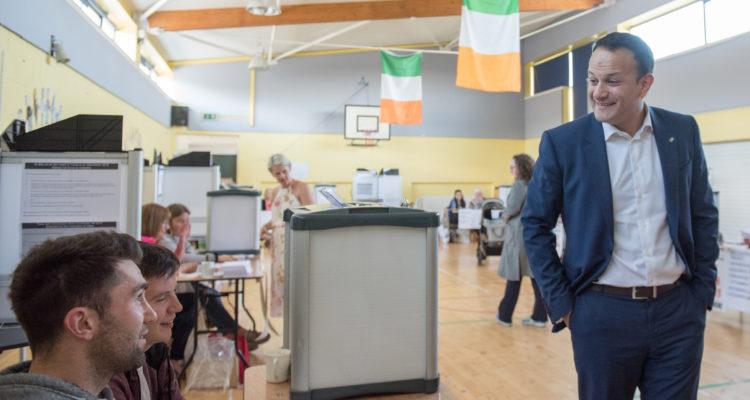 Leo Varadakar vota en un colegio cerca de su casa. Barry Cronin | Agencia UNO