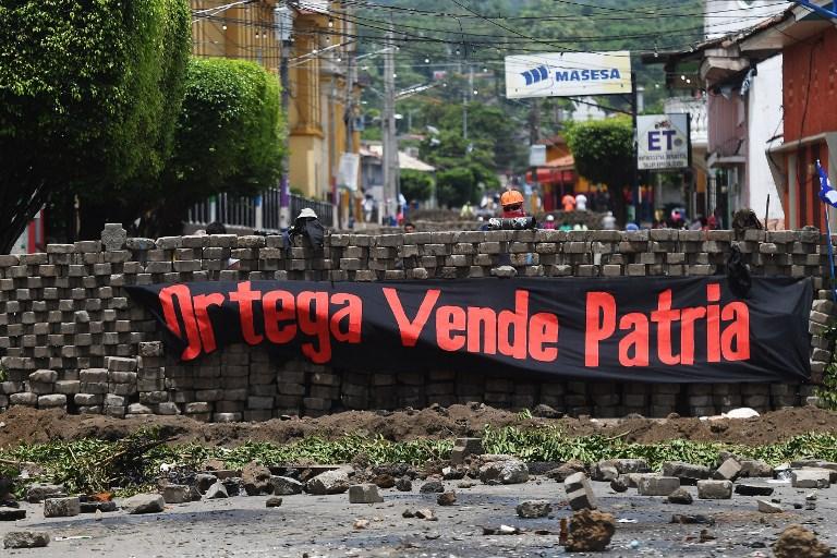 "Barricada con cartel de ""Ortega vende patria"""