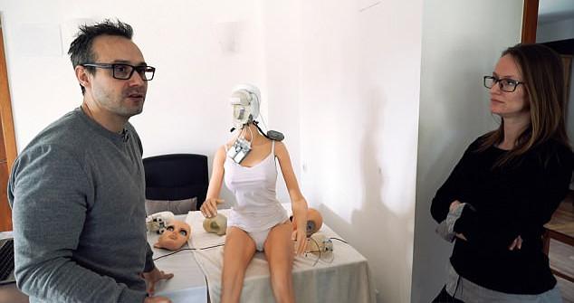 "Sergi Santos, el robot ""Samantha"" y Maritsa Kissamitaki"