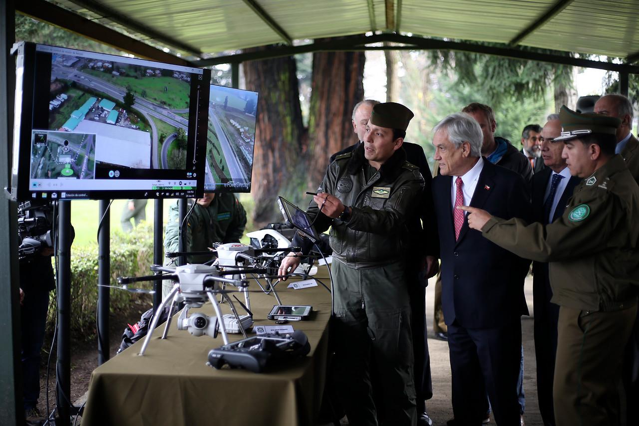 Piñera viendo drones que usará el Comando.