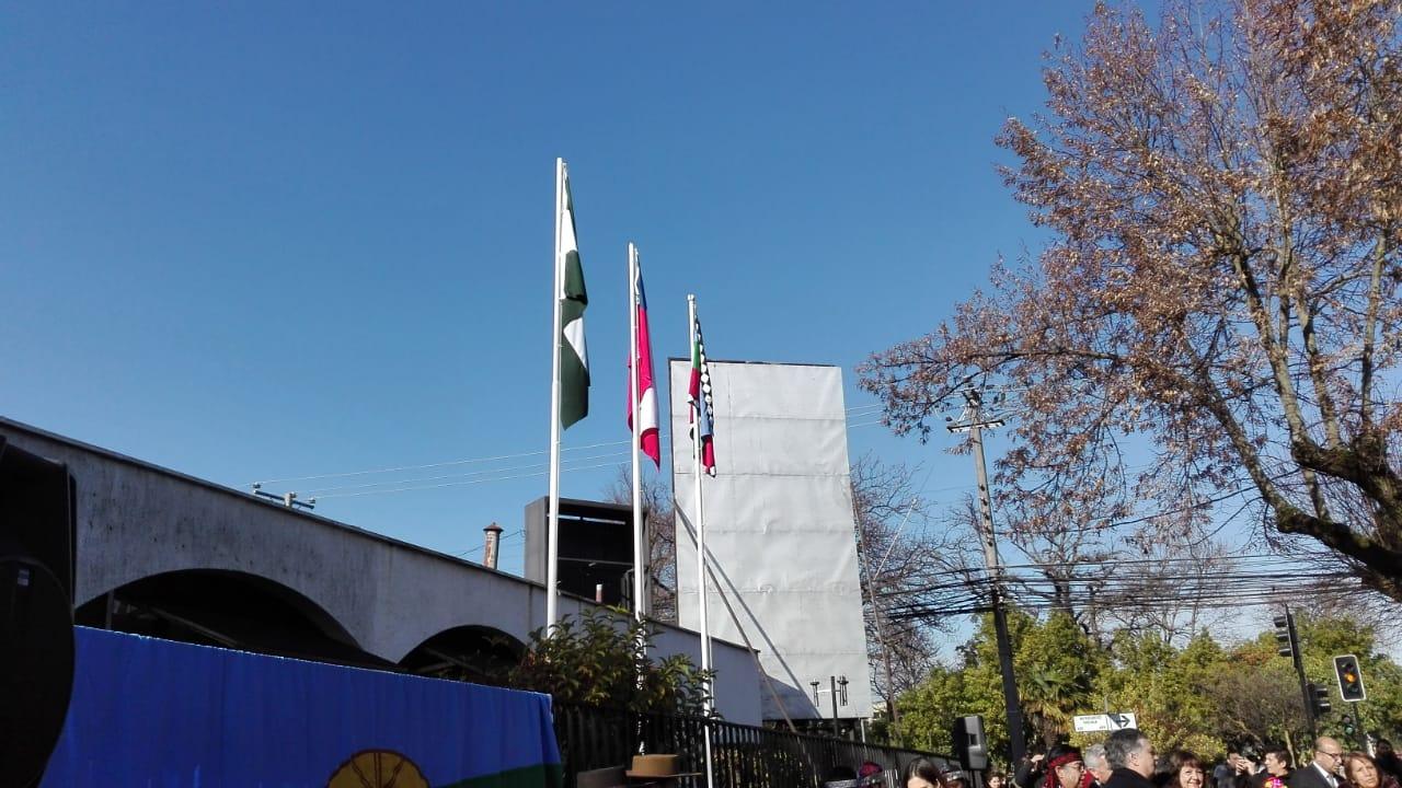 Bandera mapuche sobre municipio.