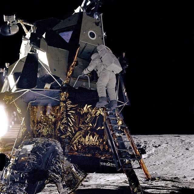 Descendimiento del piloto Alan L. Bean del Módulo Lunar durante la misión Apolo 12 (CC) Flickr