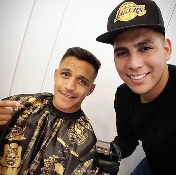 Jota Master Barber junto a Alexis Sánchez