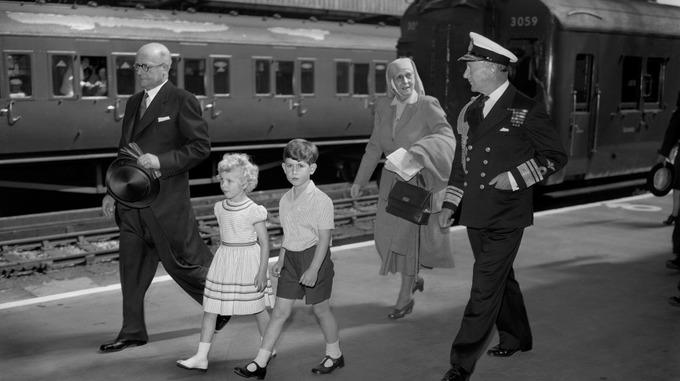Alicia y sus nietos, el príncipe Carlos y la princesa Ana