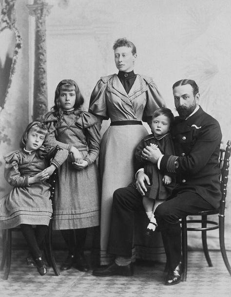 Alice (segunda a la  izquierda) junto a sus padres y hermanos