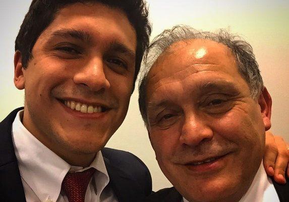 El abogado Manuel Valderrama Escobar (a la izquierda) y su padre, el ministro de la Corte Suprema, Manuel Valderrama Rebolledo (a la derecha). / Facebook personal.