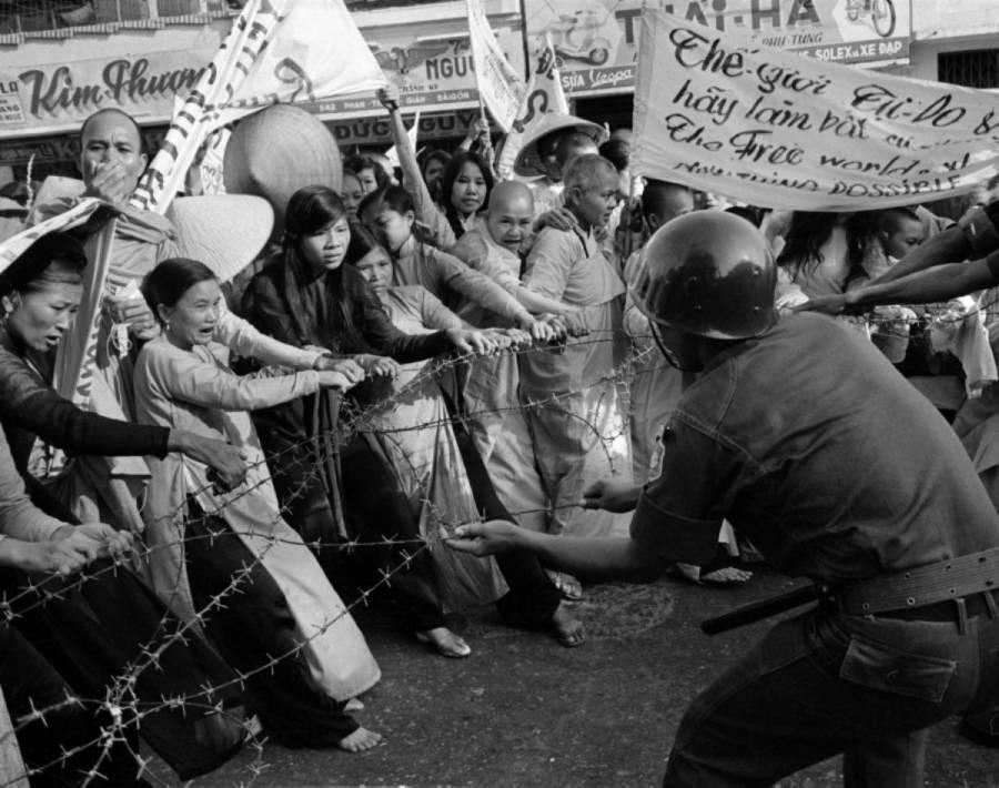 Budistas enfrentándose a la policía | allthatsinteresting.com