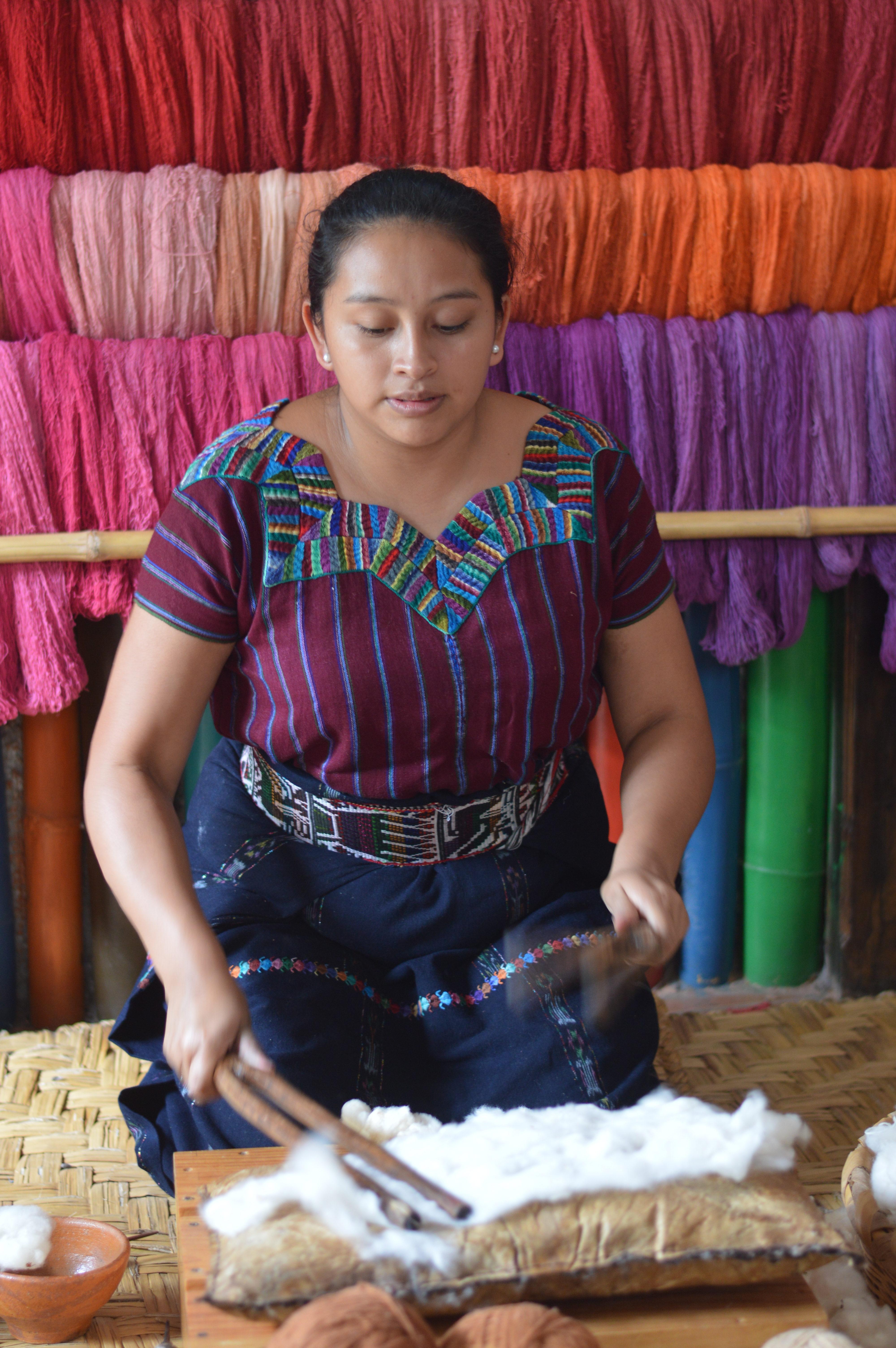 Tejedora de la Cooperativa Flor Ixcaco en San Juan La Laguna, pueblito que rodea el lago | Jonathan Flores | BBCL en Guatemala