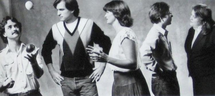 Parte del equipo del Macintosh junto a Steve Jobs | Apple