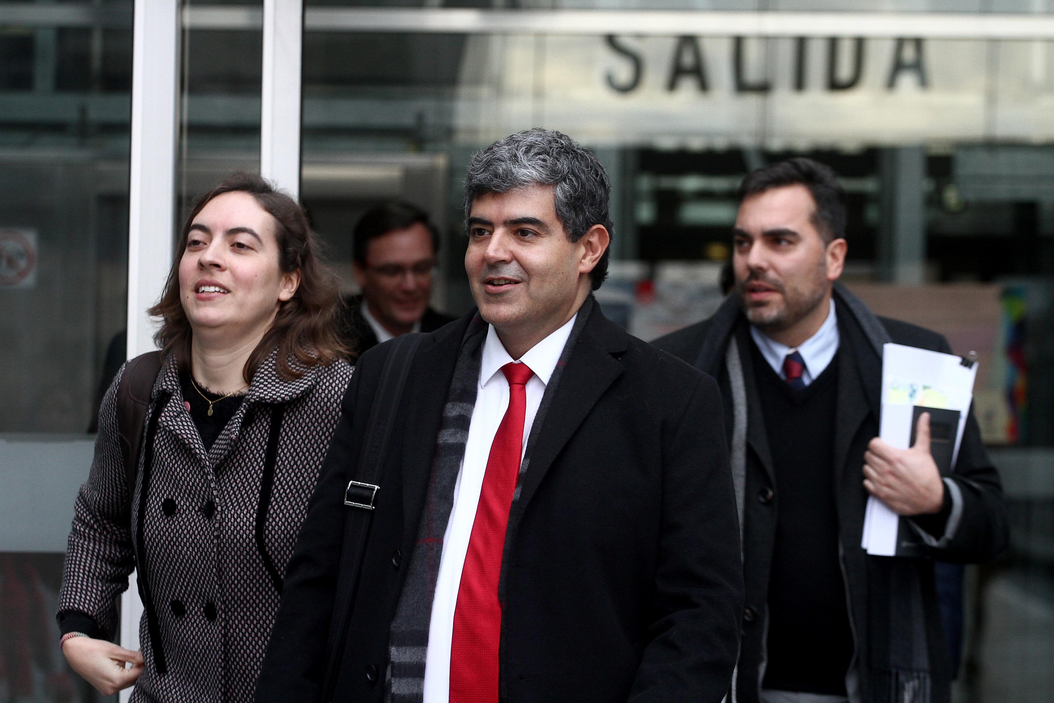 El abogado de la fundación Ciudadano Inteligente, Mauricio Daza, se retira del Centro de Justicia tras el fin de la audiencia de reformalización en la que Délano y Lavín salieron beneficiados. Hans Scott | Agencia UNO