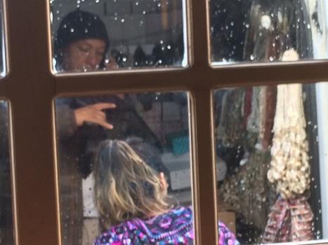"""Vendedor de productos a vendedora de """"artesanías"""" en Dalcahue, EM (c)"""