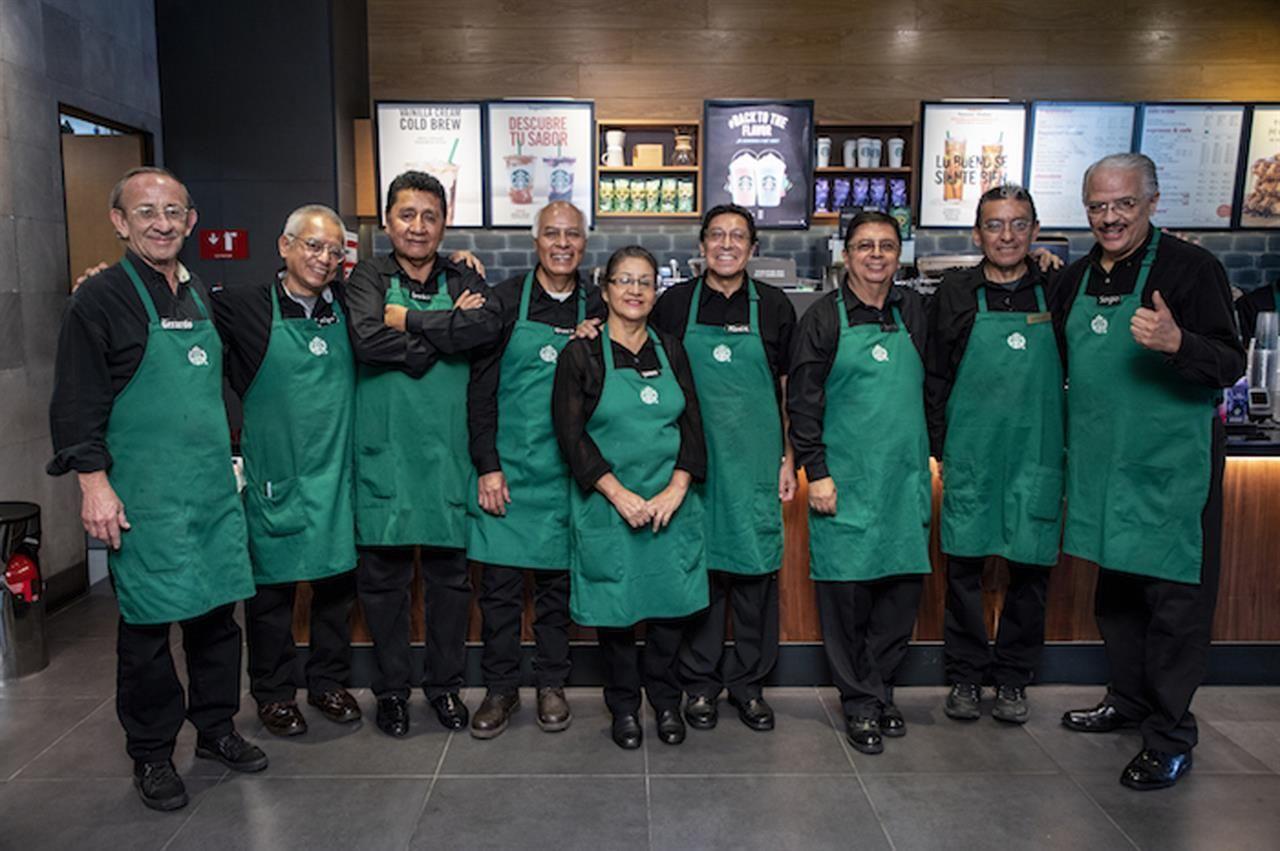 Starbucks abrió en México un local atendido por adultos mayores