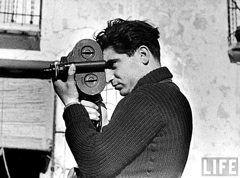 Fotografía de Robert Capa tomada por Gerda Taro (CC) Wikimedia Commons
