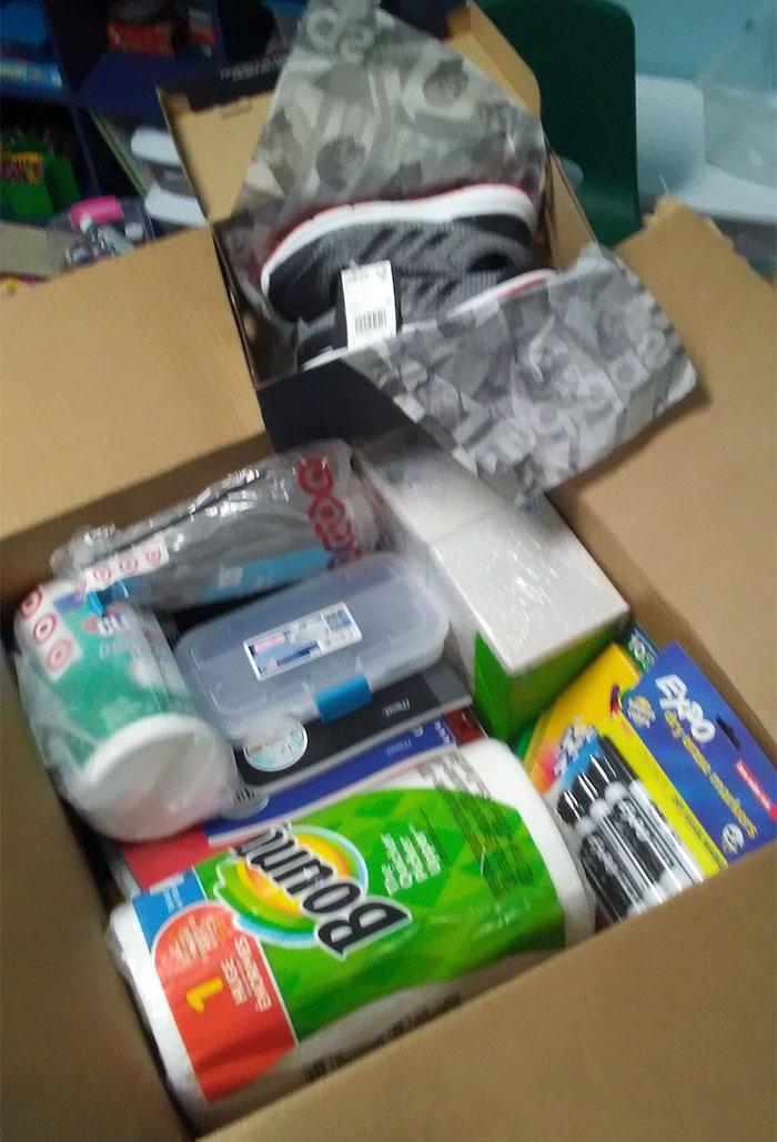 Caja con útiles y zapatillas