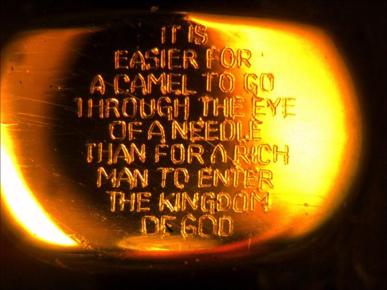 Versículo de la biblia en una gota de oro en el ojo de una aguja   Graham Short   AFP