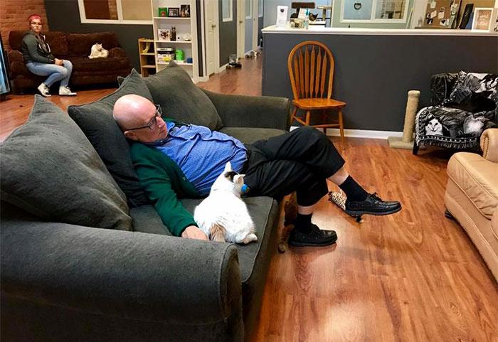 Terry y un gatito   Safe Haven Pet Sanctuary Inc.