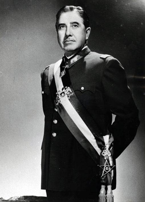 Augusto Pinochet en 1974 (CC) Wikimedia Commons