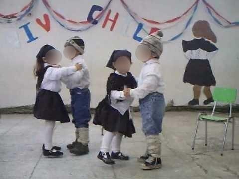 Niños usando una versión errónea del vestuario de Chiloé   Captura