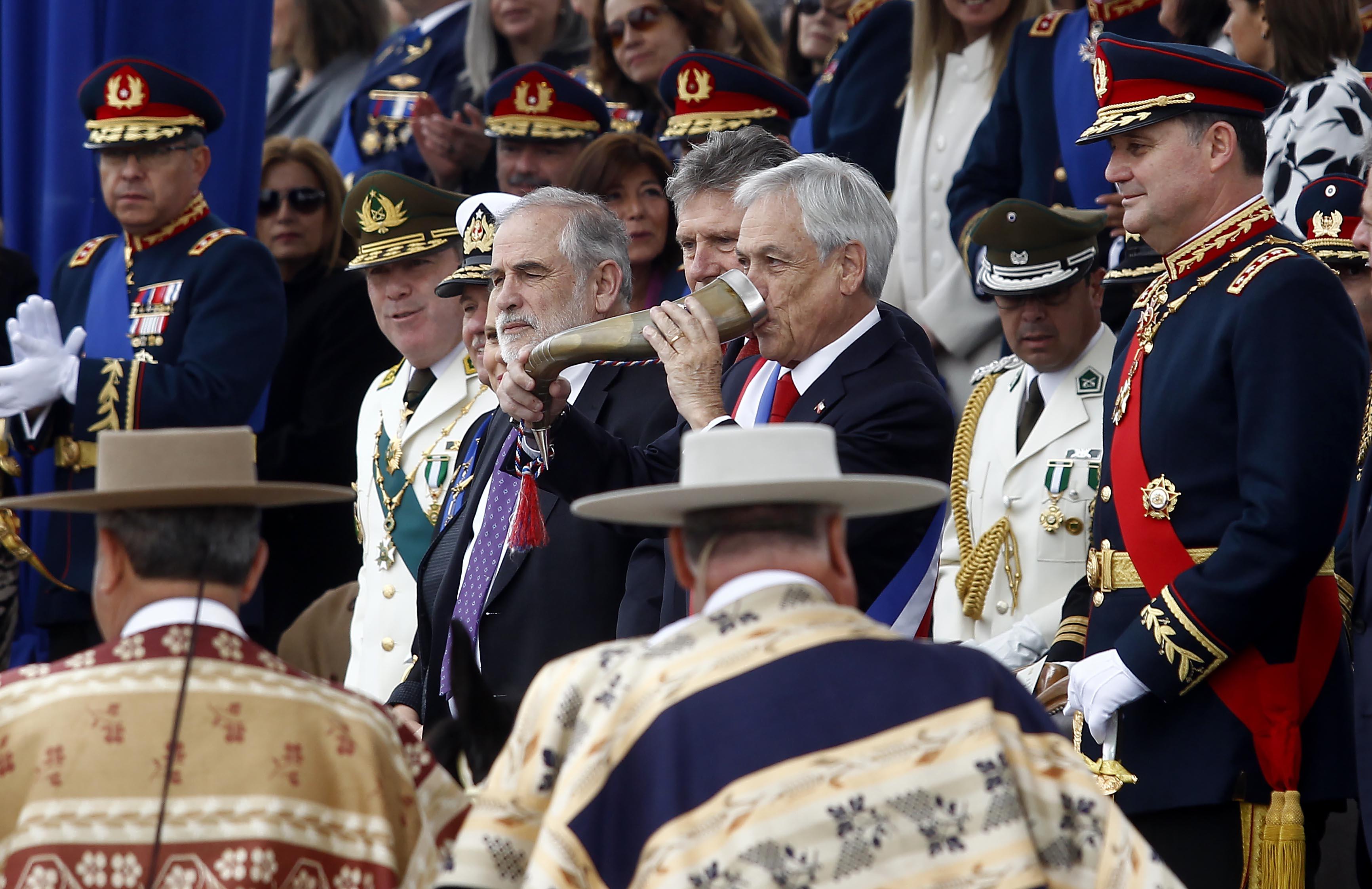 El presidente de la República, Sebastián Piñera, realiza el tradicional brindis de chicha en cacho, en parada militar 2018 | Agencia UNO