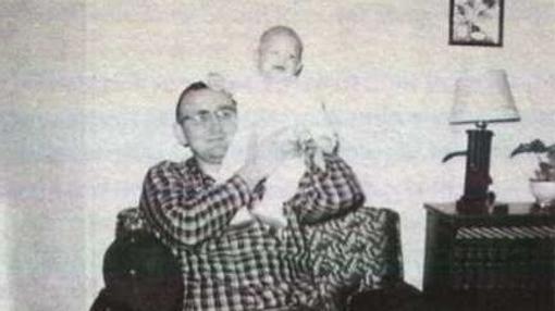 Dahmer en los brazos de su padre | Criminalia