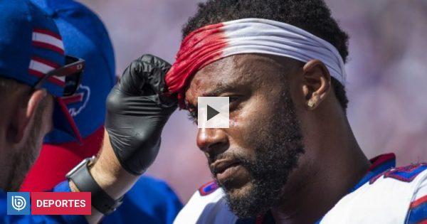 Jugador de fútbol americano pierde su casco y recibe un brutal golpe en la cabeza