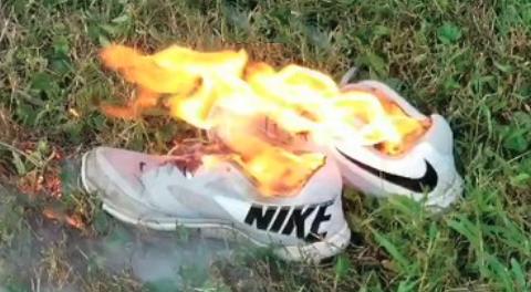 ellos origen Discriminatorio  La polémica razón por la que diversas personas están quemando sus zapatillas  Nike en EEUU | Sociedad | BioBioChile