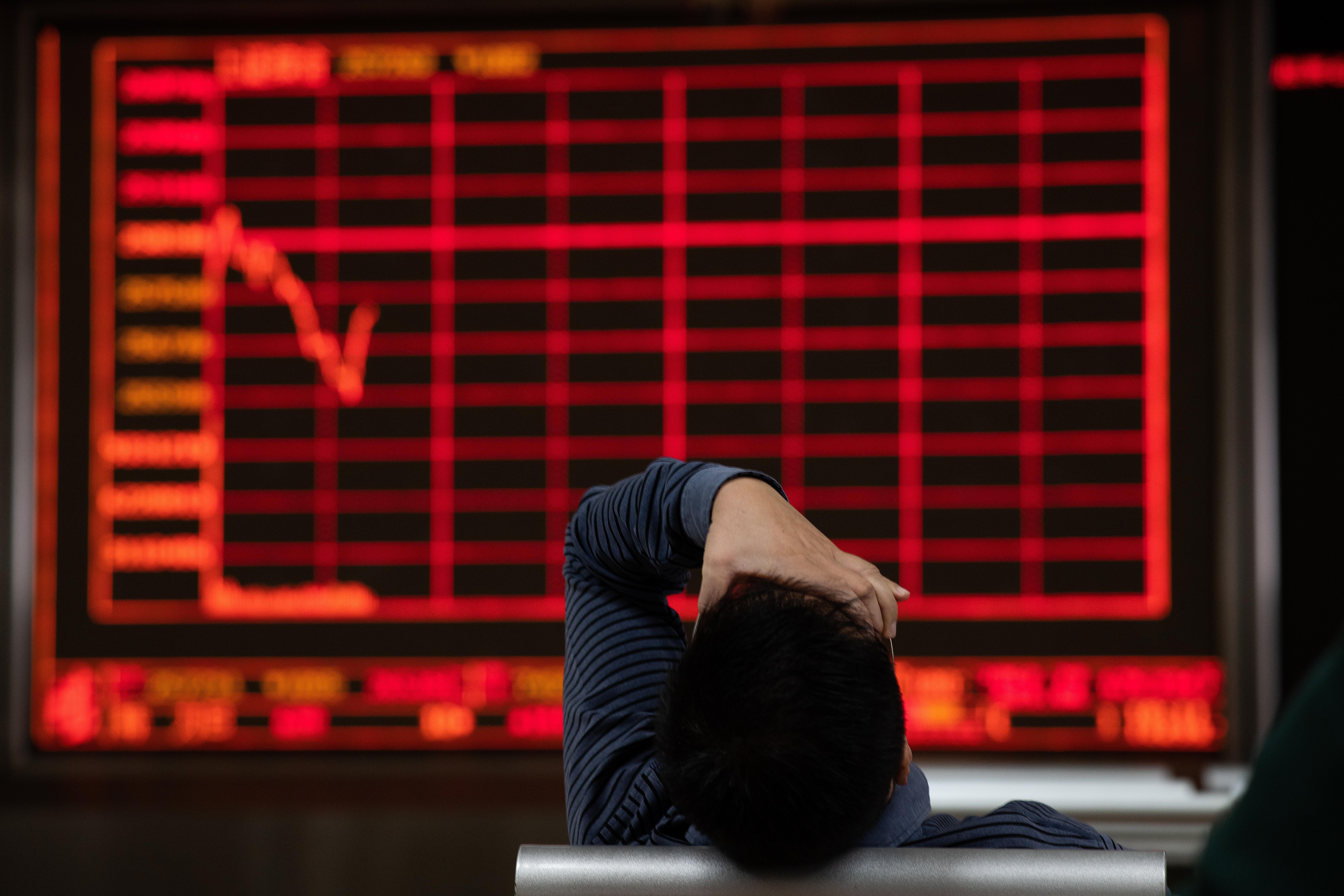 Un inversor lamenta la baja del mercado en China. Nicolas Asfouri | Agence France-Presse