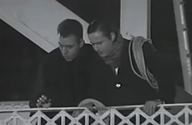 """Pantallazo del film """"Crónicas de un hombre santo"""". En escena: Hurtado y Karadima interpretados por los actores Cristian Campos y Paulo Ausensi."""
