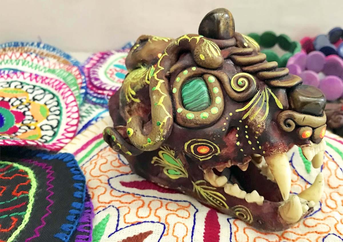 Un cráneo de jaguar decorado como artesanía se ofrece a la venta en uno de las tiendas de artesanías de Iquitos. Foto: Eduardo Franco Berton.