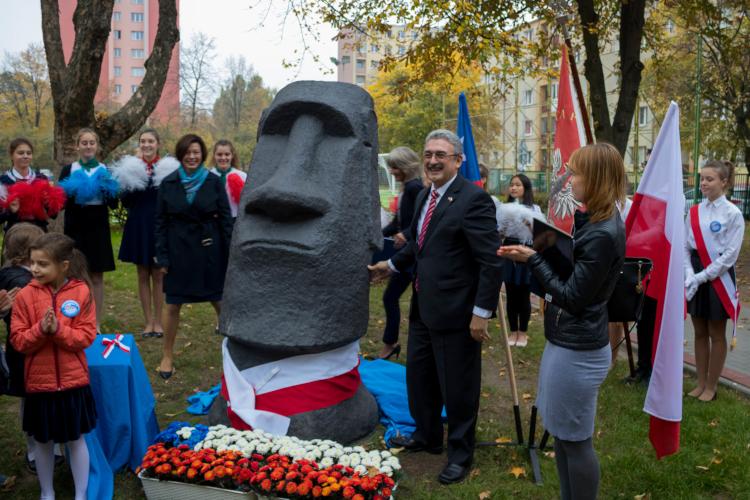 Entrega de Moai en Polonia | Cristian Jara