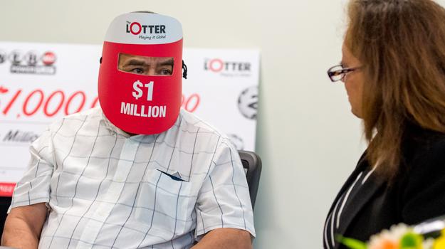 Entrega de boleto ganador a un pensionado de 70 años de El Salvador   theLotter.com