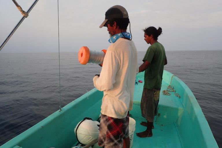 Pescadores pescado a 400 metros de profundidad con línea de mano. Foto: © Ivy Baremore