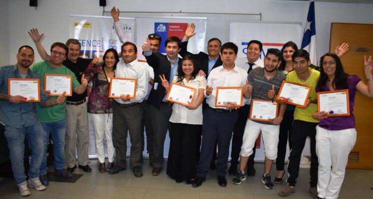 Alumnos recibiendo su diploma | Ministerio de Desarrollo Social